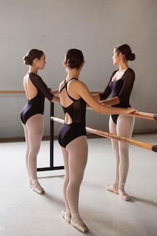 Drei ballerinas proben in spitzenschuhen