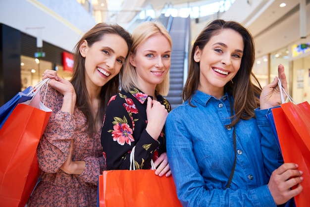Drei beste freunde beim einkaufen