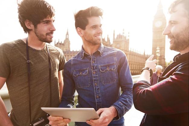 Drei beste freunde, die durch london touren