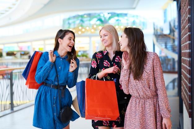 Drei beste freunde im einkaufszentrum