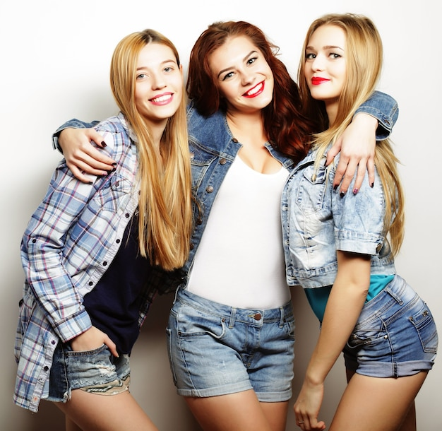 Drei beste freunde posieren im studio in sommeroutfits
