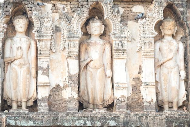 Drei buddha-statuen auf einer pagode