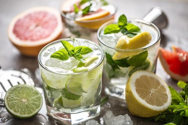 Drei bunte gin-tonic-cocktails in whiskygläsern auf der bartheke im welpen oder restaurant.