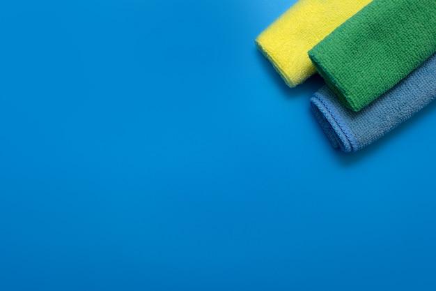 Drei bunte, trockene mikrofasertücher für die reinigung verschiedener oberflächen in küche, bad und anderen räumen.