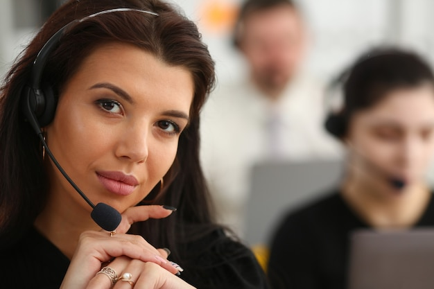 Drei callcenter-dienstleister bei der arbeit