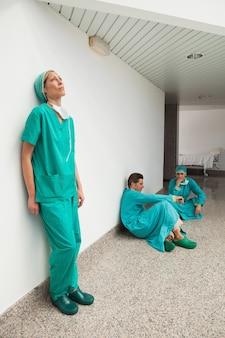 Drei chirurgen, die pause machen