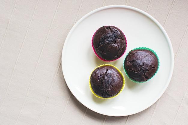 Drei chocholate muffins auf plattenantenne