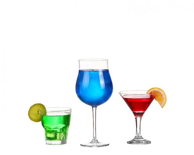 Drei cocktail rot blau und grün isoliert auf weiß Premium Fotos