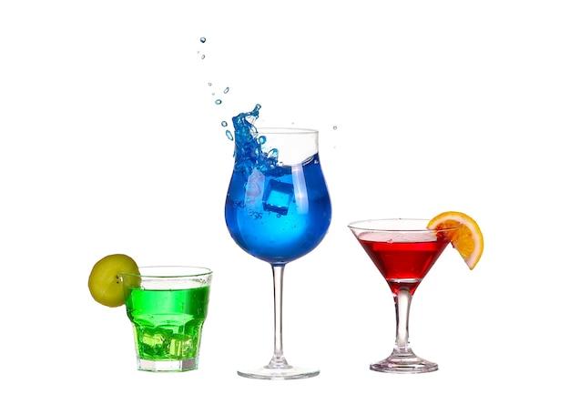 Drei cocktail rot blau und grün isoliert auf weißem spritzer