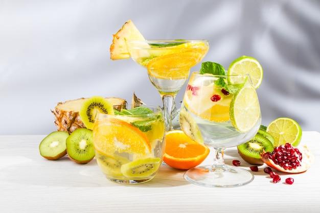 Drei cocktails mit obst