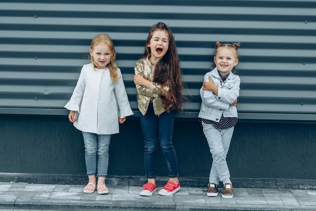 Drei coole hübsche freundinnen, die künstlerisch aufwerfen.