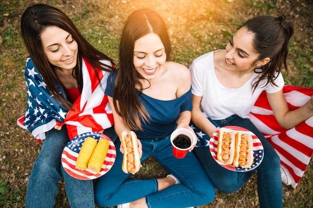 Drei damen, die auf dem boden sitzen