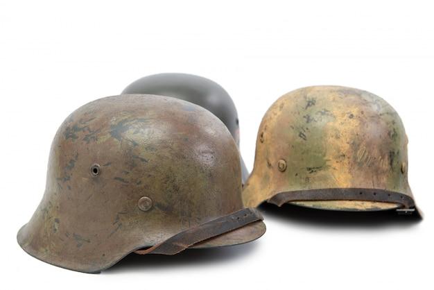 Drei deutsche militärsturzhelme des zweiten weltkrieges (stahlhelm) auf weiß