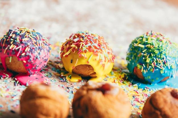 Drei donuts, die auf eine unordentliche küchentheke legen
