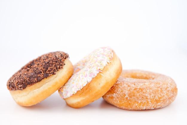 Drei donuts mit puderzucker aufgereiht