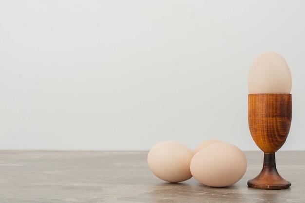 Drei eier auf weißer oberfläche
