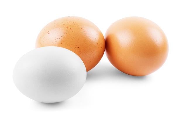 Drei eier isoliert auf weißem hintergrund