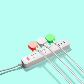 Drei elektrische stecker, die an eine steckdosenleiste oder verlängerungsleiste auf einem grünen tisch angeschlossen sind