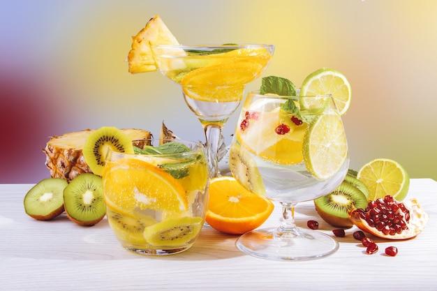 Drei erfrischende fruchtcocktails mit früchten