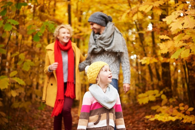 Drei familienmitglieder im wald