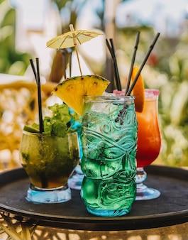 Drei farbige cocktails auf einem tablett