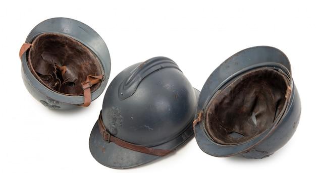 Drei französische militärhelme des ersten weltkriegs auf weiß