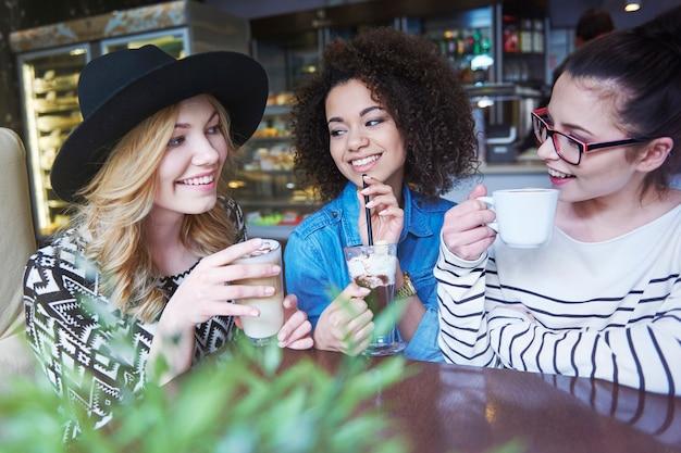 Drei frauen bedeuten, sich im café zu treffen