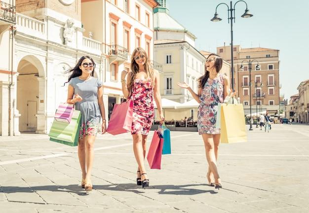 Drei frauen beim einkaufen im stadtzentrum