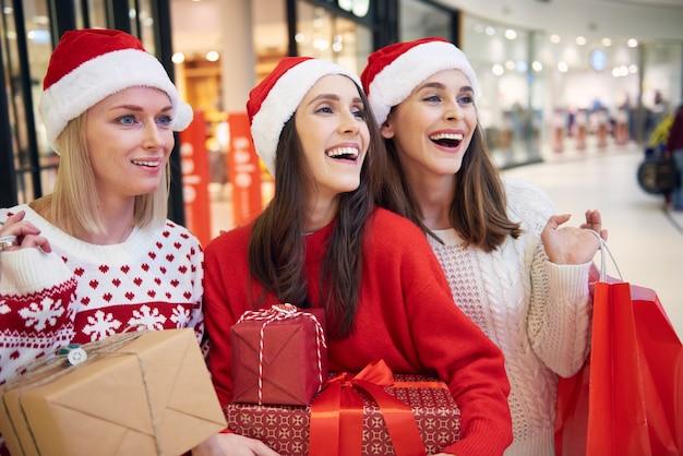Drei frauen mit weihnachtsgeschenken