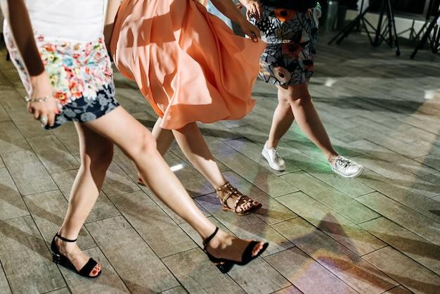 Drei frauen tanzen auf einer party