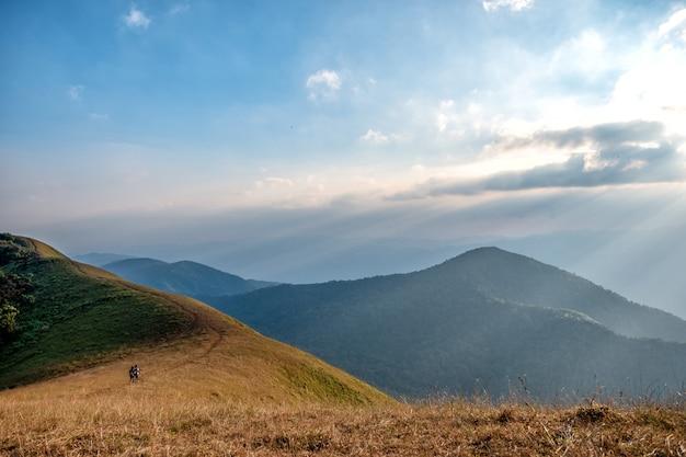 Drei-frauen-trekking auf einem hohen berg mit einem schönen naturlandschafts- und blauen himmelhintergrund