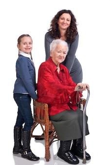 Drei frauengenerationen auf einem weißen hintergrund