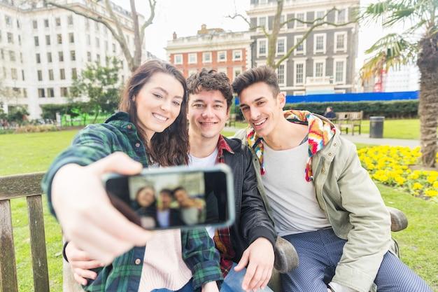 Drei freunde, die zusammen ein selfie machen