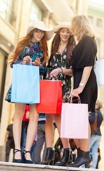 Drei freunde gehen einkaufen.