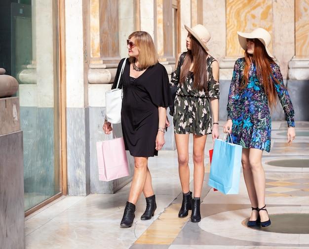 Drei freunde gehen einkaufen