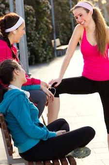 Drei freunde mit sportbekleidung nach dem training