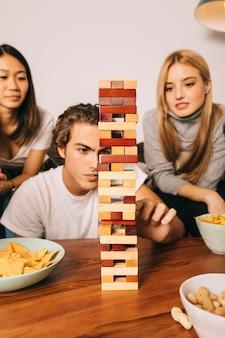 Drei freunde spielen tabletop-spiel