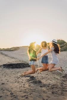Drei freunde tanzen und springen