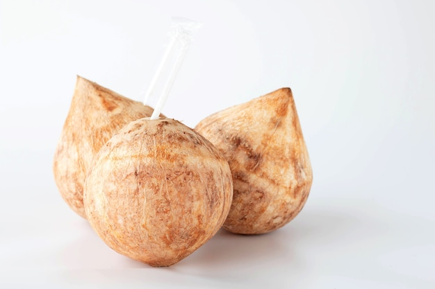 Drei frische junge kokosnussfrüchte, süßer saft und vitamin
