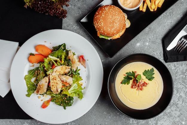 Drei-gänge-menü auf einem tisch in einem business-lunch-restaurant