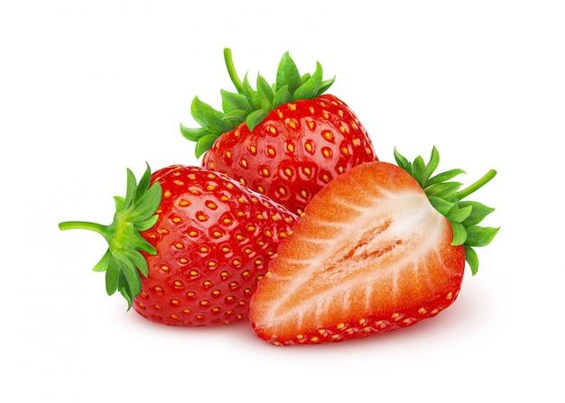 Drei ganze erdbeeren lokalisiert auf weißem hintergrund mit beschneidungspfad