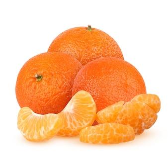 Drei ganze und geschälte mandarinensegmente