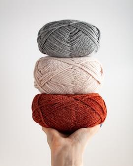 Drei garnstränge in der hand schönes foto für eine vertikale ausrichtung des hobbys hobbyästhetik