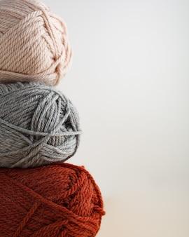 Drei garnstränge schönes foto für eine vertikale hobby-orientierung
