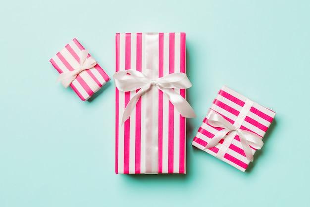 Drei geburtstagsgeschenke auf rosa farbe, draufsicht