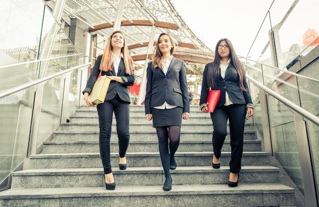 Drei geschäftsfrauen auf der treppe
