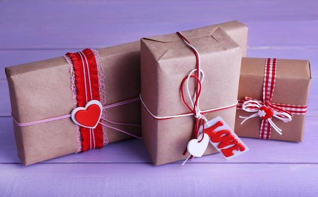 Drei geschenkboxen auf holzuntergrund