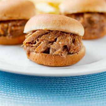 Drei gezogene schweinefleisch-grill-mini-sandwich-schieber.