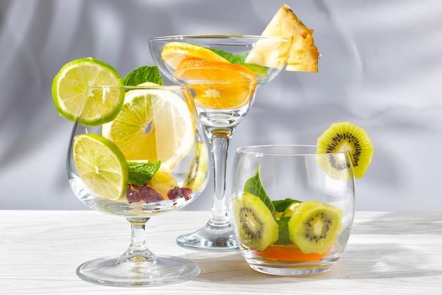Drei gläser für cocktails mit obst und beeren ohne flüssigkeit