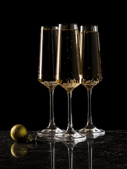 Drei gläser wein und ein gelber ballon. ein beliebtes alkoholisches getränk.